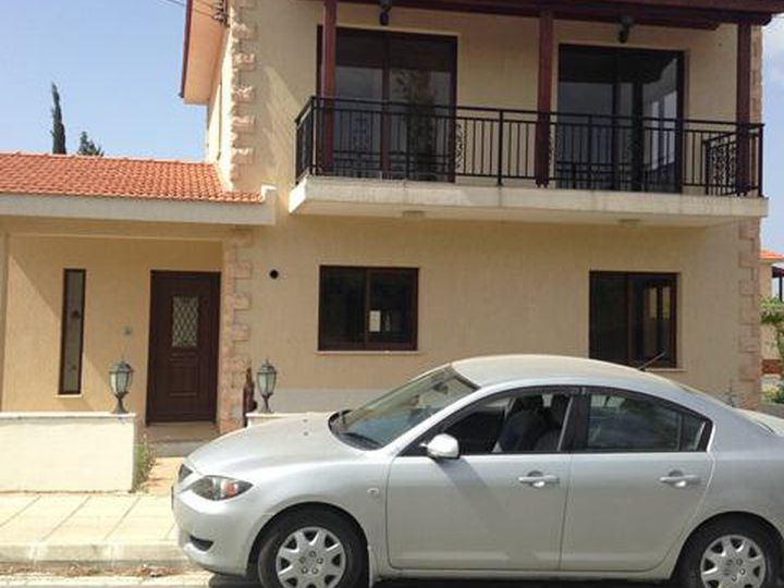 Detached house in city Pyrgos