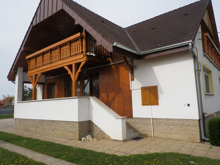Detached house in city Buk