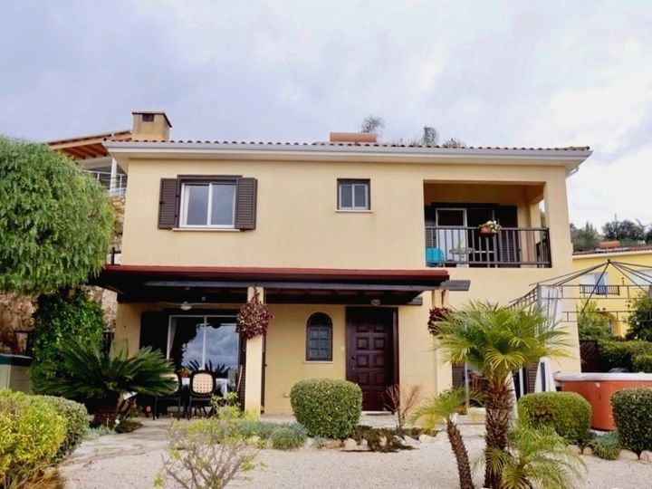 Detached house in city Kamares