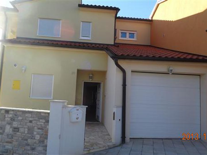 Detached house in city Galizana