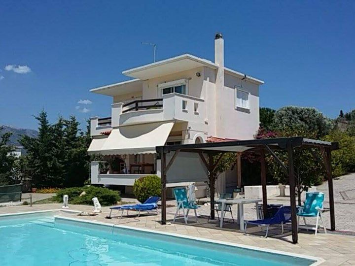 Detached house in city Amarinthos