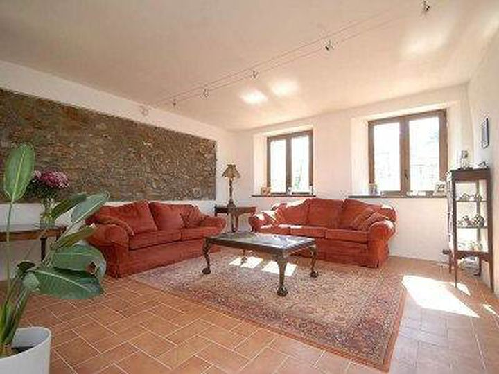 Detached house in city Barga