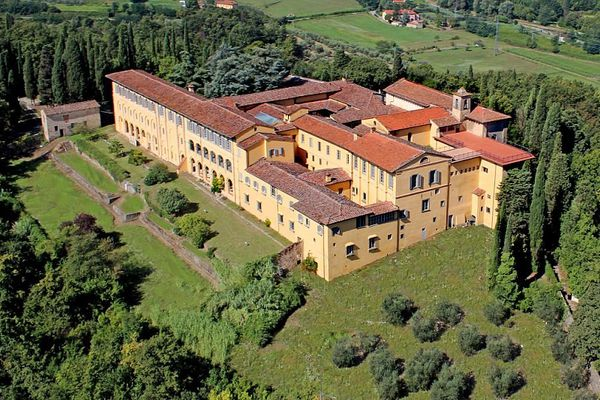 Go to the monastery ... for €18 million in Tuscany!